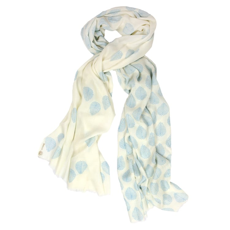 With the pale blue little woodland fern on a white beautiful background, this woodland fern print cashmere shawl is the perfect accessory.